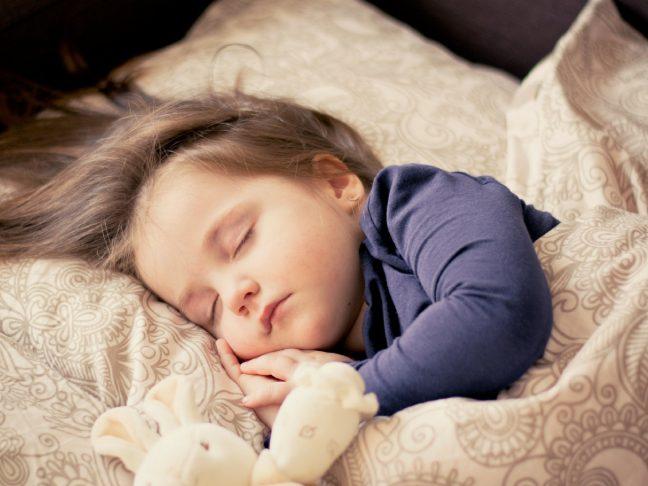 gyereket ágyba tenni