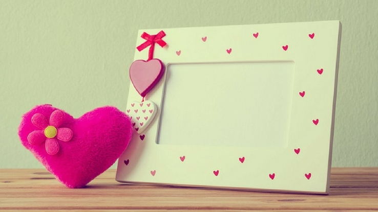 personalizes photo frames