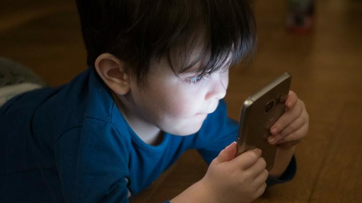 kids using smartphones