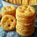 Sósan is mosolygósan: lyukas sajtos kréker